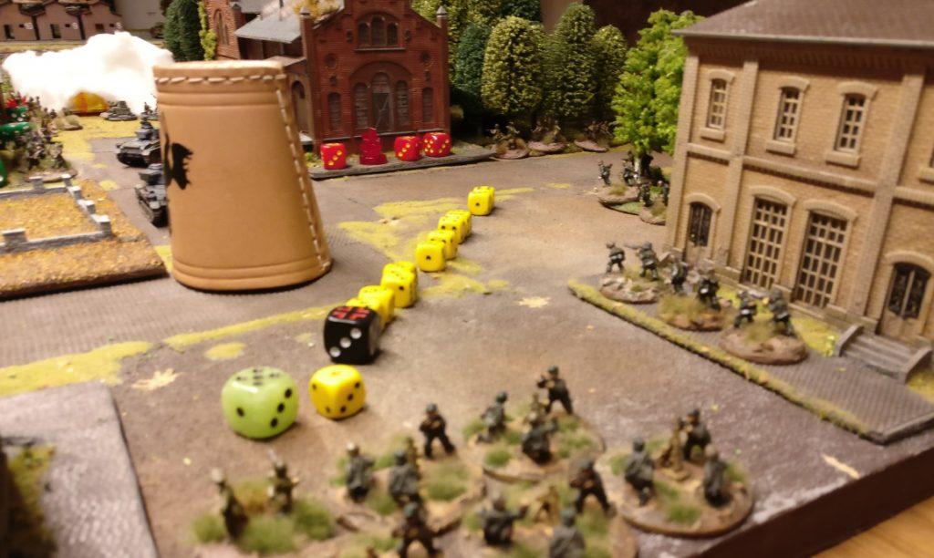 """Unser Mörser-Platoon wird mit der """"5"""" großspurig aktiviert. Mit dem winzigen einen AP holzt man dennoch auf das Rifle Platoon im Lagerbereich. Die Stellungen im Wäldchen nimmt man unter Beschuss."""