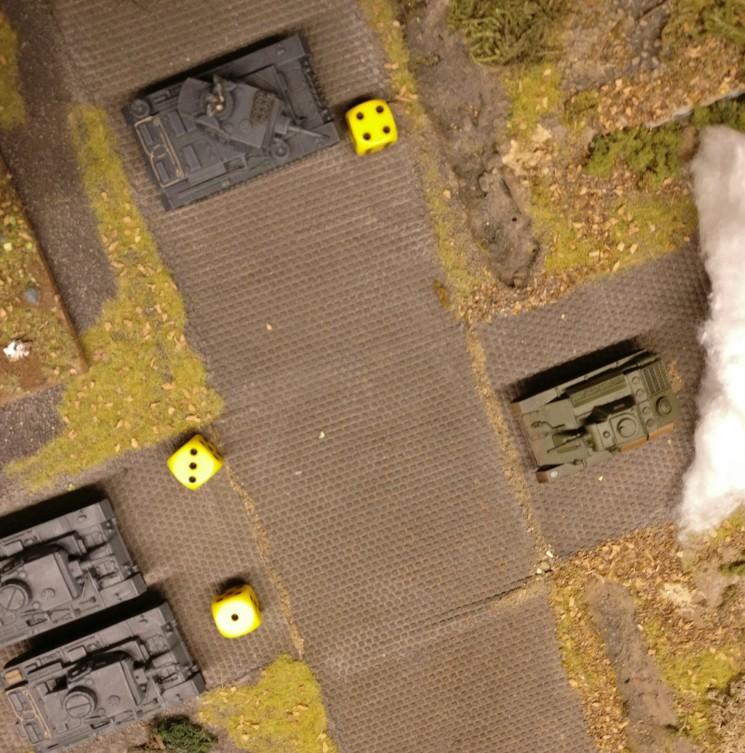 Mit einem AP durchstößt der T-70 die Nebelwand und trifft auf den Feind, der versucht, sein Opportunity Shooting anzubringen. 3x Fehlanzeige!