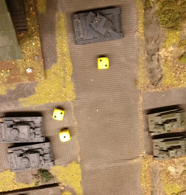 Der T-70 prescht unter der brücke durch zu seinem Kollegen. Wieder versuchen die deutschen Panzer III sich mit dem Opportunity Fire, doch der Versuch misslingt.