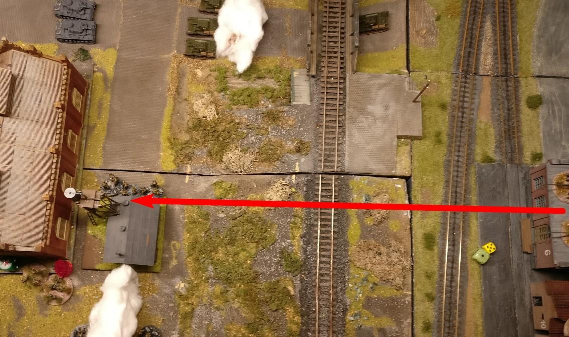 Der Weg führt über den Bahndamm zu den Produktionshallen. Man verstärkt dort die Garnison.