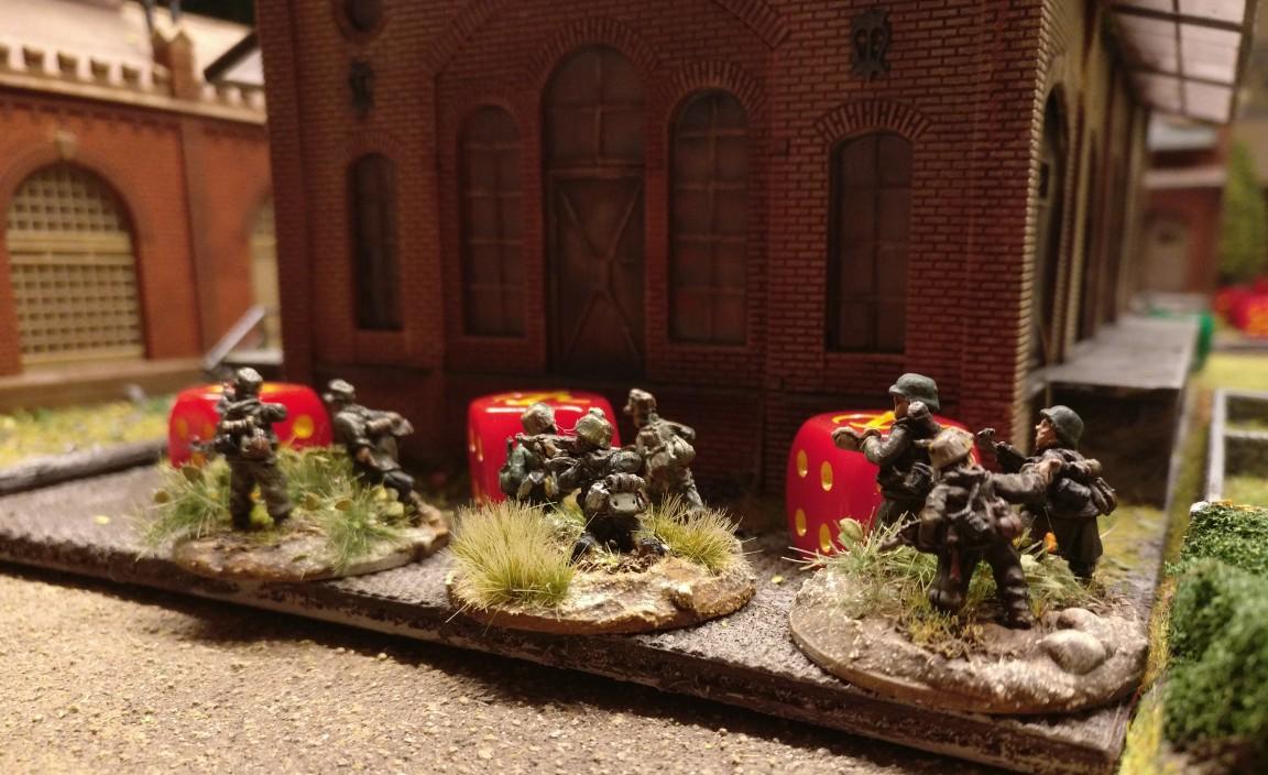 Die Panzergrenadiere stürmen vorbei an drei roten Casualty Markern.