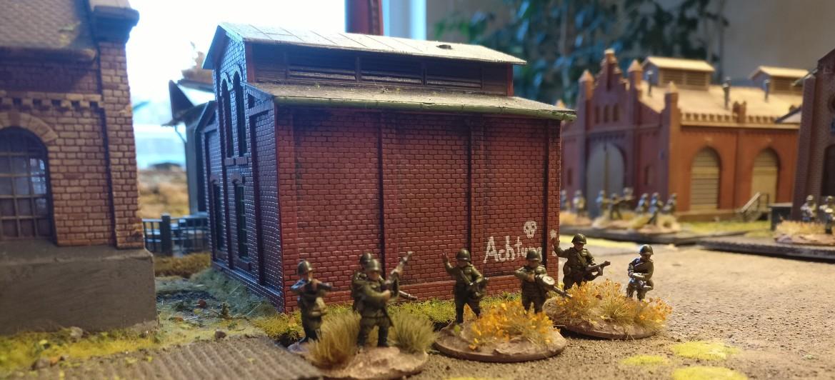 """Drei LMG sitzen in dem Gebäude, welches der Werksstraße zugewandt ist. PBI/Poor Bloody Infantry Game """"Wjasma"""": 30. Armee der Roten Armee vs. 7. Panzerdivision der Deutschen Wehrmacht"""