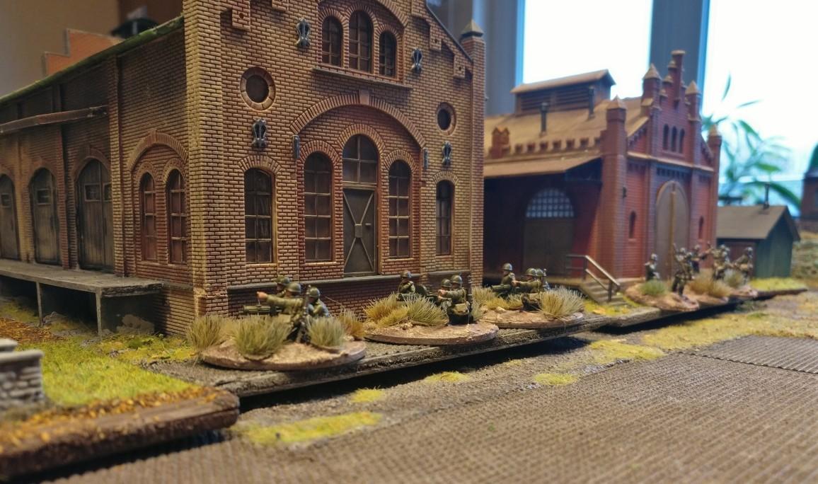 """Auf der anderen Seite der beiden Hallen sind schwere Maschinengewehre in Stellung gegangen. Sie bestreichen die Obstgärten direkt vor den Hallen sowie den gesamten freien Platz. PBI/Poor Bloody Infantry Game """"Wjasma"""": 30. Armee der Roten Armee vs. 7. Panzerdivision der Deutschen Wehrmacht"""