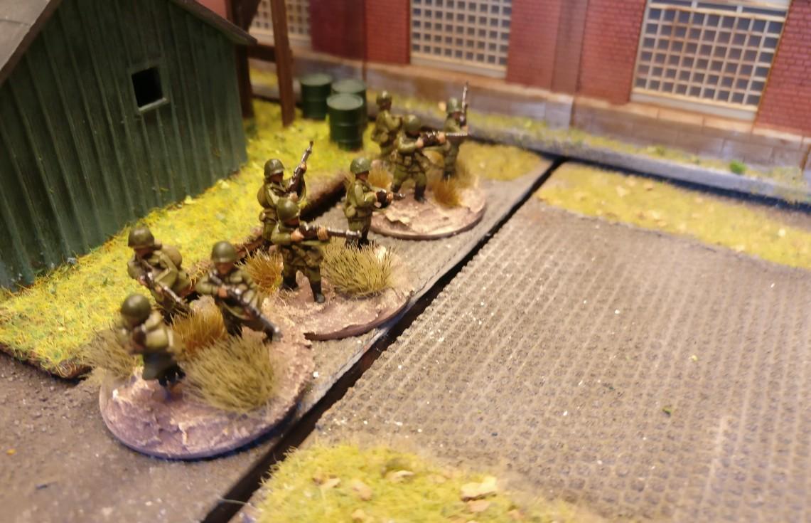 """Der kleine Schuppen hinter der zweiten Werkshalle ist von drei weiteren Rifle Groups besetzt. PBI/Poor Bloody Infantry Game """"Wjasma"""": 30. Armee der Roten Armee vs. 7. Panzerdivision der Deutschen Wehrmacht"""