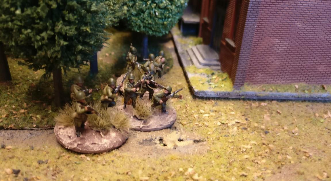 """Das Waldstück neben dem Lagergebäude dient drei weiteren Rifle Groups als Schutz und Bereitschaftsbereich. PBI/Poor Bloody Infantry Game """"Wjasma"""": 30. Armee der Roten Armee vs. 7. Panzerdivision der Deutschen Wehrmacht"""