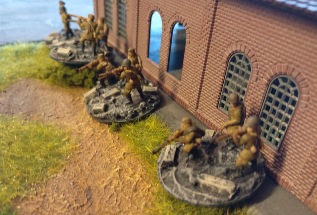 Rifle Groups des Infantry Platoons halten die Werkshalle besetzt.