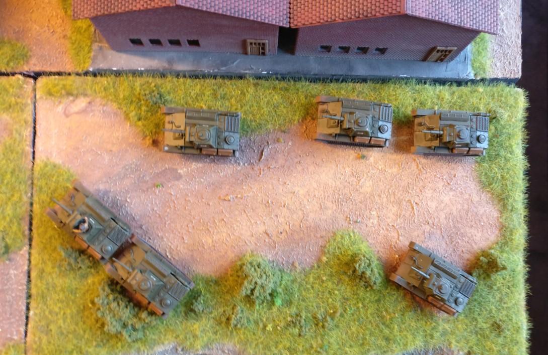Neben den drei Werkshallen in der dritten Verteidigungslinie steht ein Zug leichter T-70 Panzer bereit.
