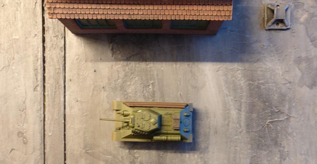 Links des 57mm-Pak-Riegels wurde zwischen zwei Gebäuden ein weiterer T-34/76 eingegraben.