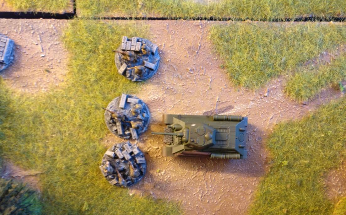 Auch hinter der Reserveeinheit wurde ein T-34/76 eingegraben.