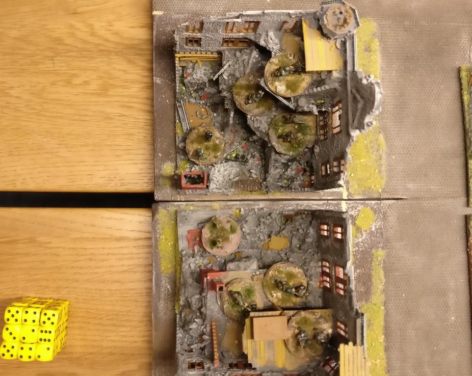 """In der Mitte der deutschen Front steht ein ausgebombtes Gebäude. Hier haben sich zwei Infantry Platoons mit ihrem LMG verschanzt. Sie werden von hier aus den vorstürmenden Grenadieren Feuerschutz geben. PBI/Poor Bloody Infantry Game """"Wjasma"""": 30. Armee der Roten Armee vs. 7. Panzerdivision der Deutschen Wehrmacht"""