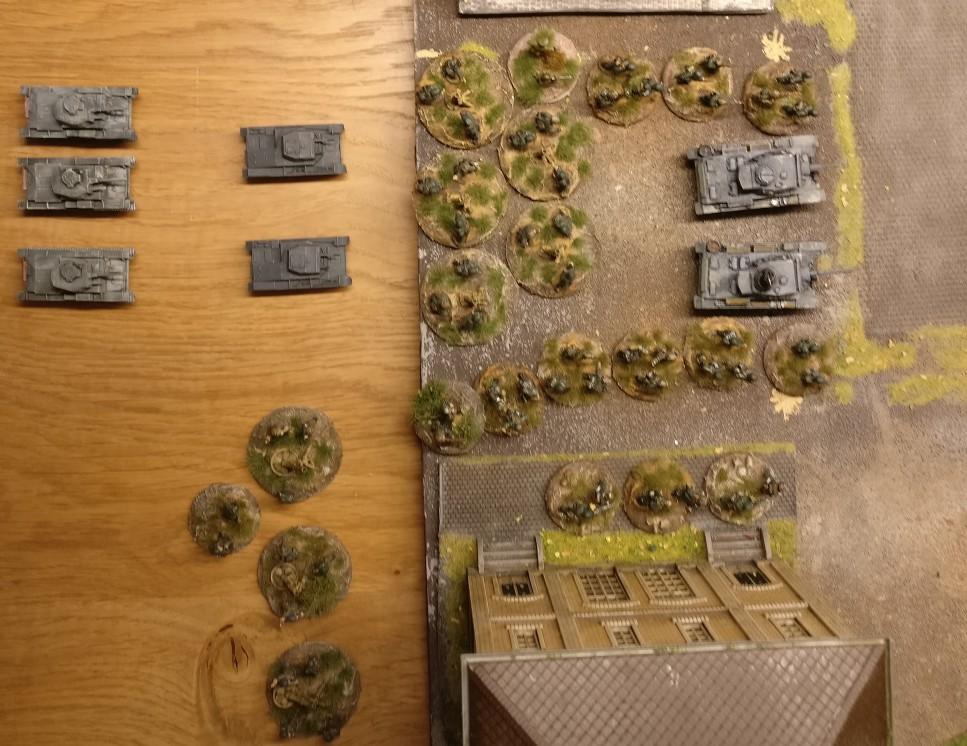 """Auf dem rechten Flügel der 7. Panzerdivision ist das Pionier-Bataillon 58 in Stellung gegangen. Zwei Plammpanzer III und eine Flammenwerfer Group stehen zum Sturm der Bunker und Gebäude bereit. PBI/Poor Bloody Infantry Game """"Wjasma"""": 30. Armee der Roten Armee vs. 7. Panzerdivision der Deutschen Wehrmacht"""