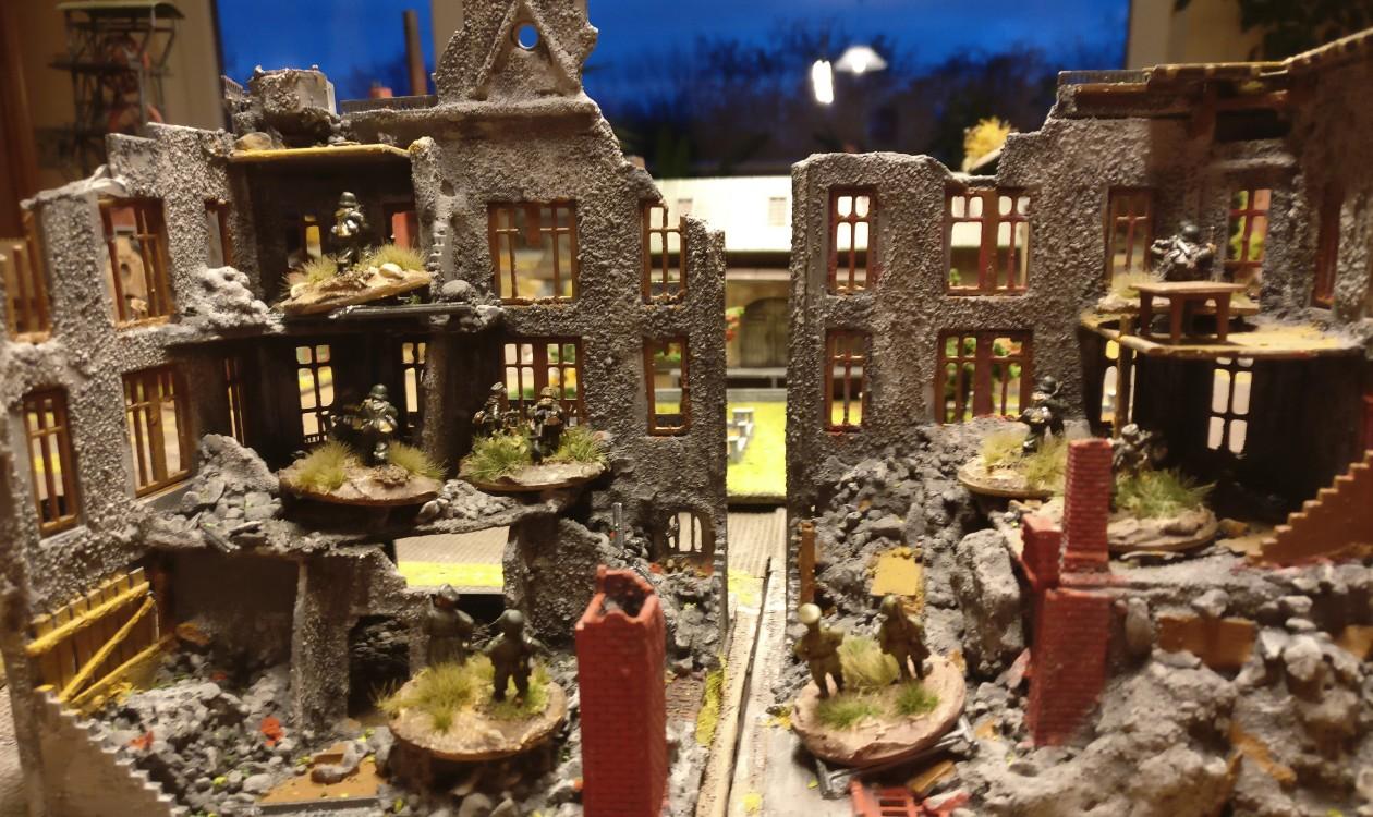 Hier nochmal die beiden Platoons mit ihren LMG in der Ruine im mittleren Frontabschnitt.