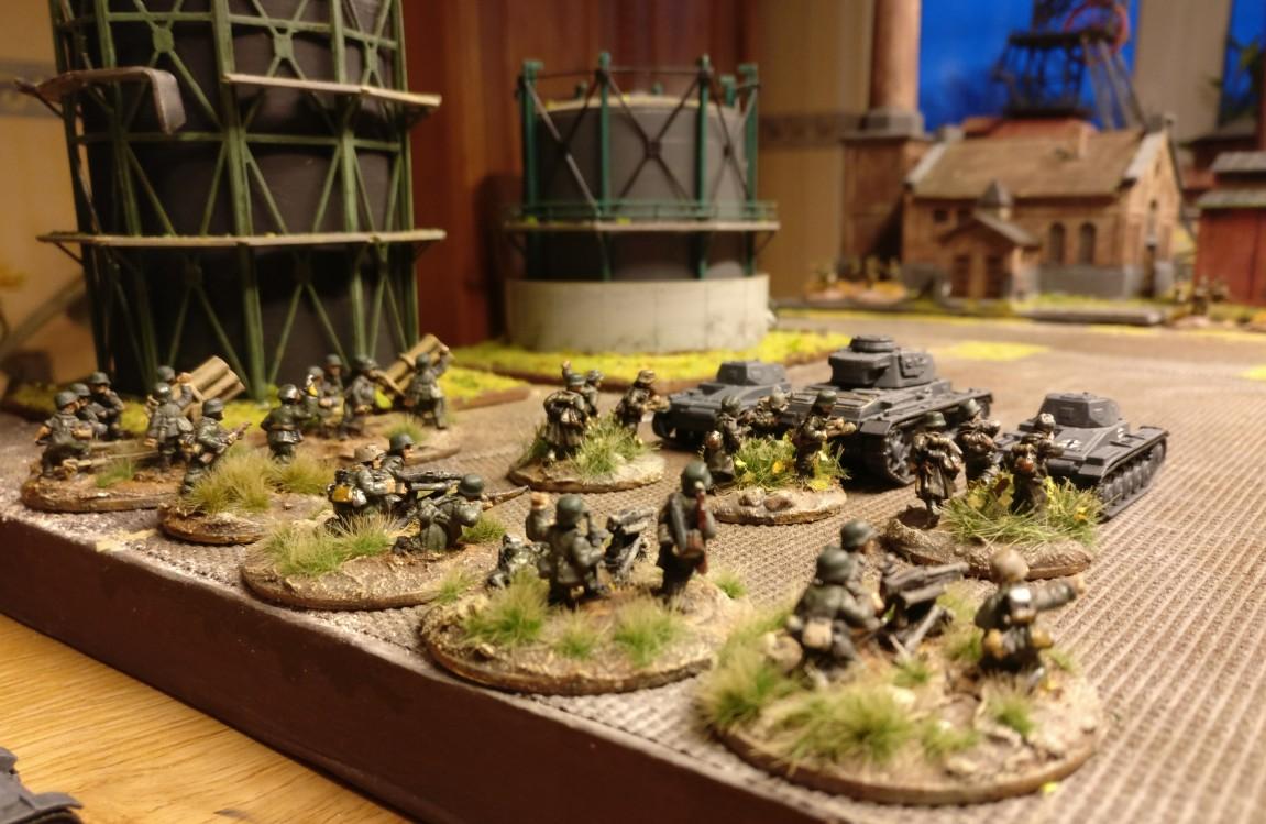 """Das Panzerregiment 25 hat zu seiner Unterstützung ein MMG-Platoon, das ihm lästige Schützen vom Leibe halten soll. Zusätzlich sieht man zwei Nebelwerfer, die vom Artillerieregiment 78 abkommandiert wurden. PBI/Poor Bloody Infantry Game """"Wjasma"""": 30. Armee der Roten Armee vs. 7. Panzerdivision der Deutschen Wehrmacht"""