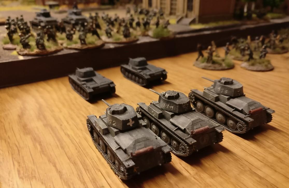 ... sowie zwei Panzer II und drei Panzer 38(t)