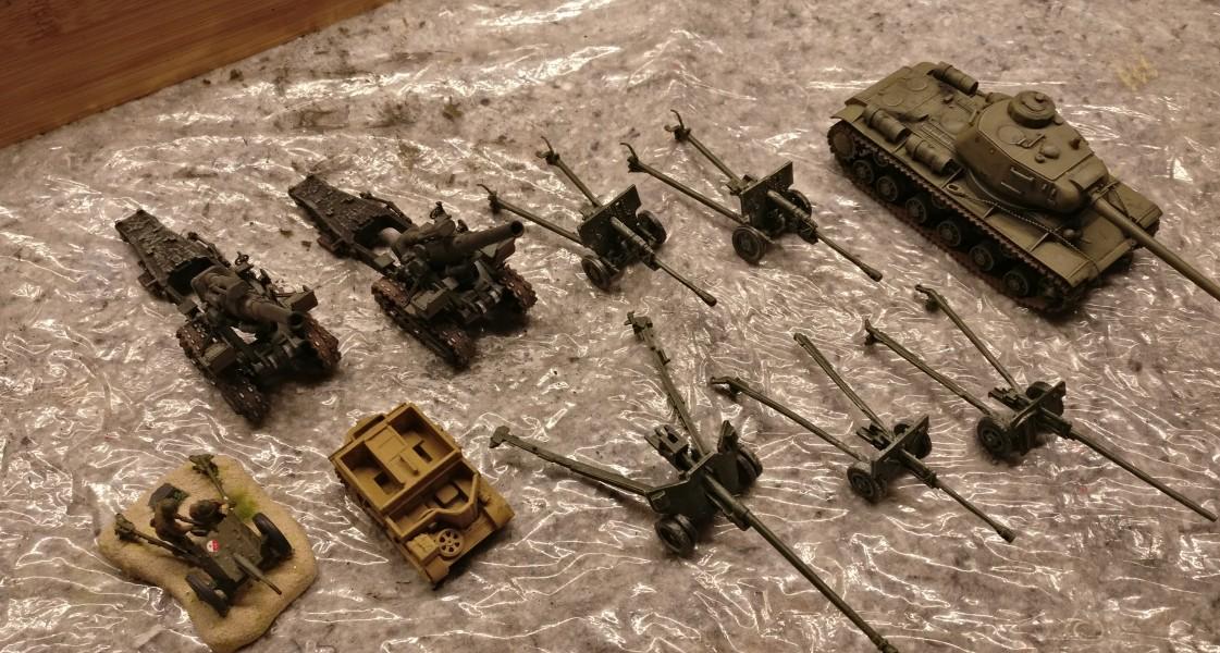 Hier die illustre Sammlung an Paks, Artilleriestücken und Fahrzeugen.