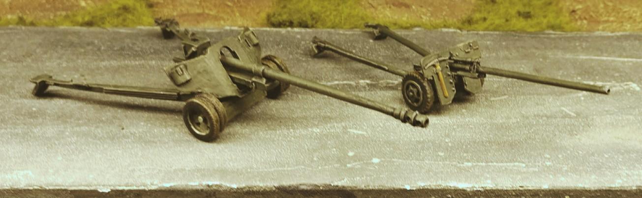 100-mm-Feldkanone M1944 (BS-3) und 57-mm-Panzerabwehrkanone M1943 (ZiS-2)