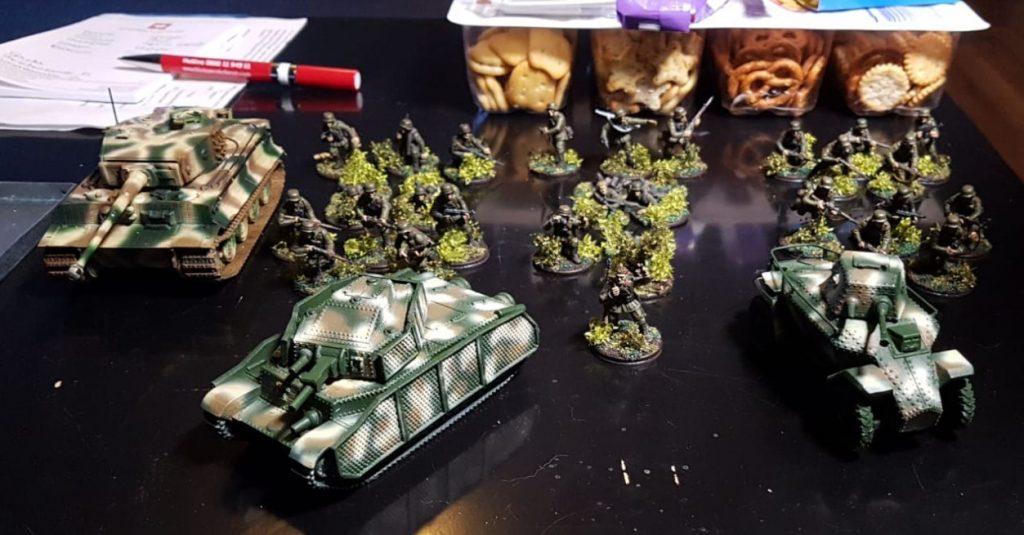 Das Hungarian reinforced Platoon von David mit dem  39M Csaba und dem 41 M Turan II vor der Meute. Der Tiger I wacht über dem Spiel...