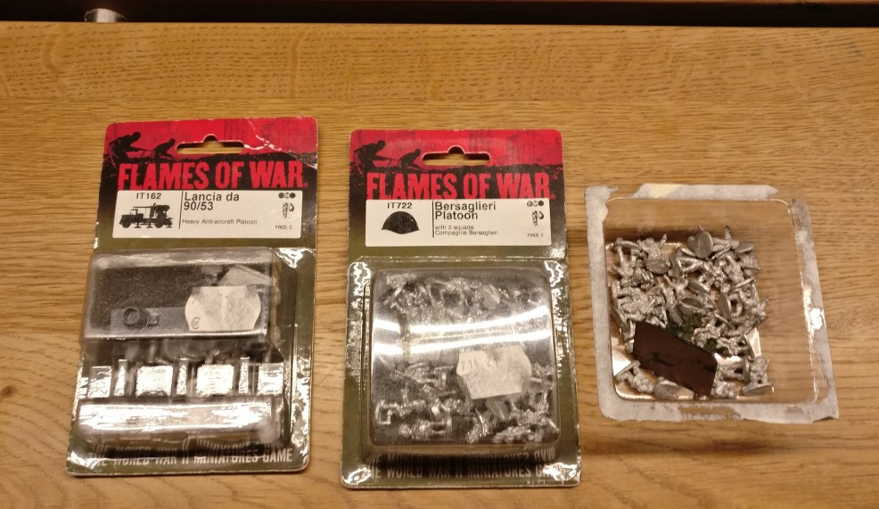 Von Flames Of War war eine Schachtel des Lancia mit Cannone da 90/53 und ein Bersaglieri Platoon dabei. Wenn die mal nicht nach Afrika gehen...