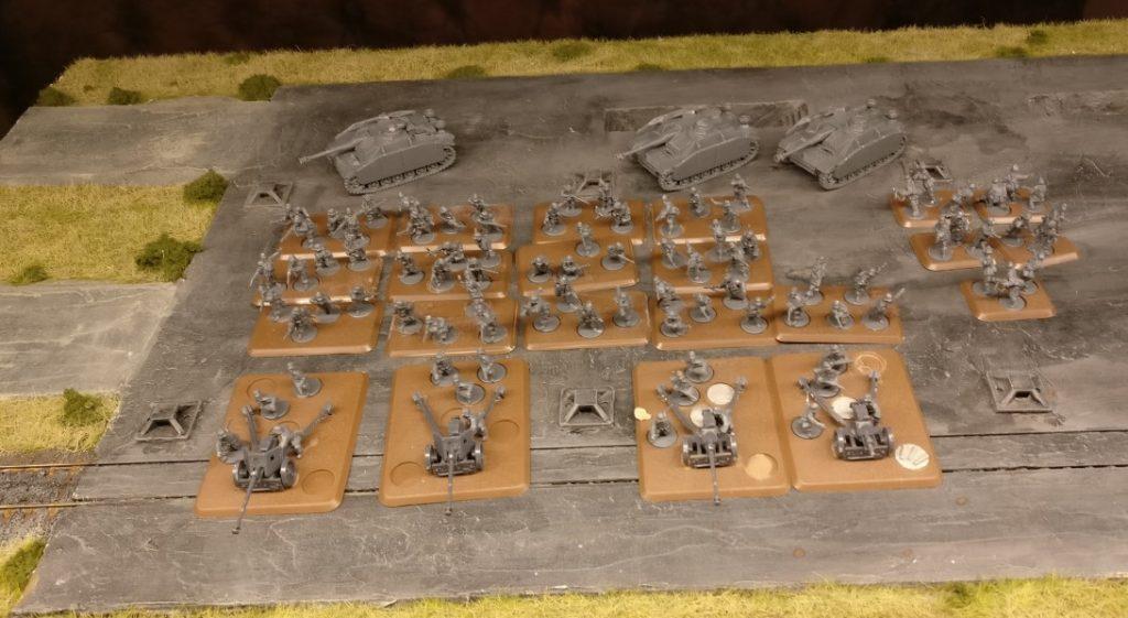Aus dem pen Fire Starter Set kommen viele der Shermans und vor allem diese drei StuG III G. Die Infanterie war ebenfalls dabei, die vier Pak 40 auch. Zwei Paks sind etwas ramponiert, aber die kommen in die Werkstatt.