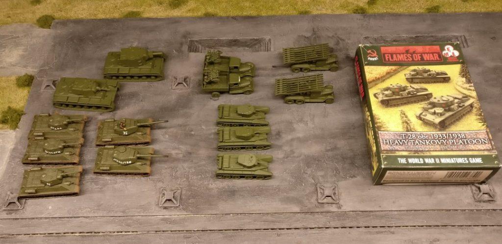 Die kleine Russentruppe. Das Tankovy Platoon mit den drei T-28 ist oberlecker. BT-7 in 20mm hatte ich schon, jetzt also auch in 15mm. T-34 hätte ich ja schon stücka 30 auf Lager. Aber die gehen immer. Die Fla-MG-Laster und die Katyusha fehlten bisher. Die beiden KV-Panzer sind ein guter Anfang. Von Zvezda lungern hier noch zwei ungebaute herum.