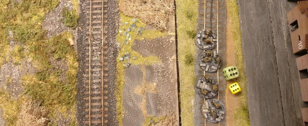 Weitere Reserve werden mobilisiert. Diese Einheit steht direkt am Bahndamm und soll nun auf das Betriebsgelände der Schnapsfabrik Nastrovje marschieren und dort ins Geschehen eingreifen.