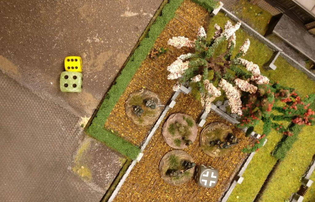Die Herren im Obstgarten erhalten den Auftrag, die vorpreschenden Panzerkräfte zu begleiten.