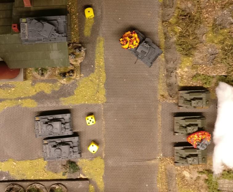 """Opportunity Shooting von den deutschen Panzer III.  Einer der Panzer II würfelt die nötige """"5"""" und darf Opportunity Shooting geben."""