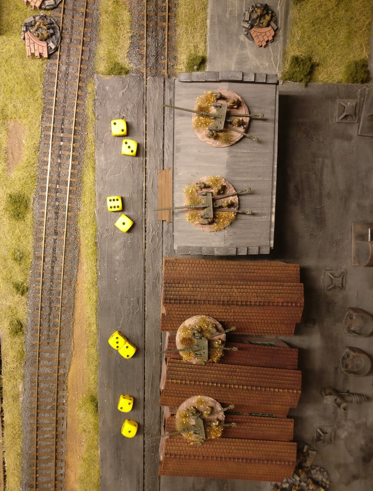 Hinterm Bahndamm greifen die Paks in den Kampf ein. Bei dreien reichen die gewürfelten APs für einen Schuss mit der Waffe aus ( 4 APs werden benötigt)