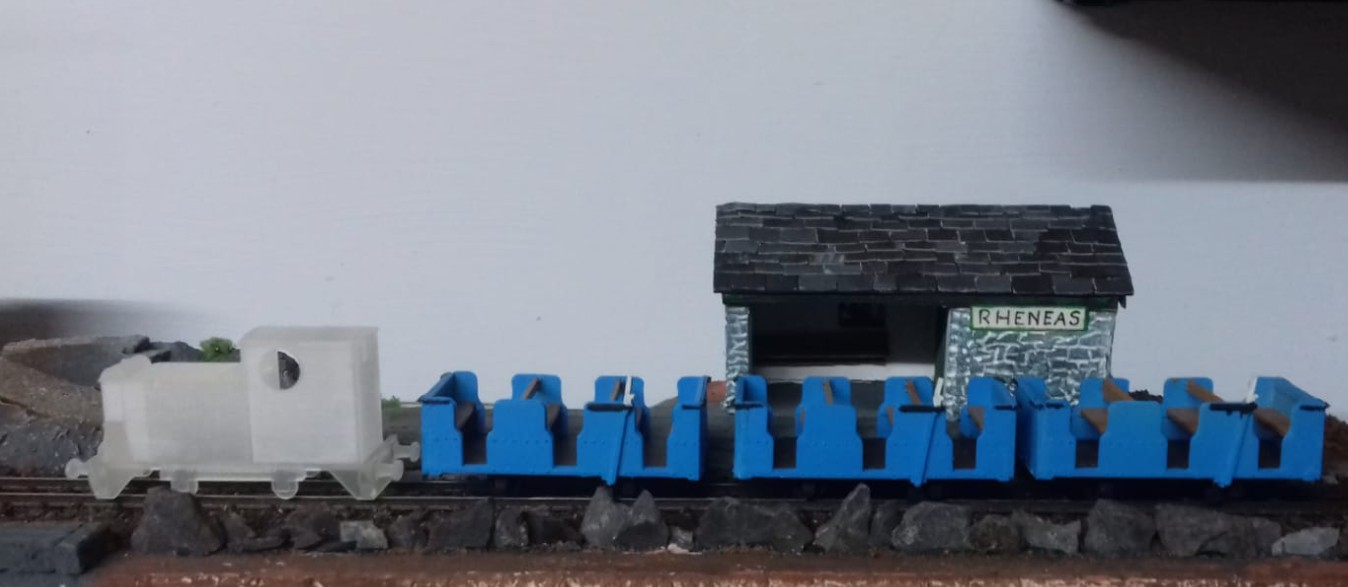 Der kleine Zug der Talyllyn Railway mit den Waggons des ehemaligen Penrhyn Quarry.