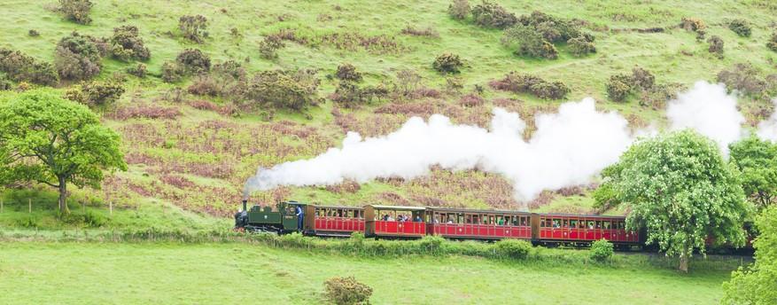 Ein Personenzug der Talyllyn Railway auf seinem Weg durch Wales. (#1)