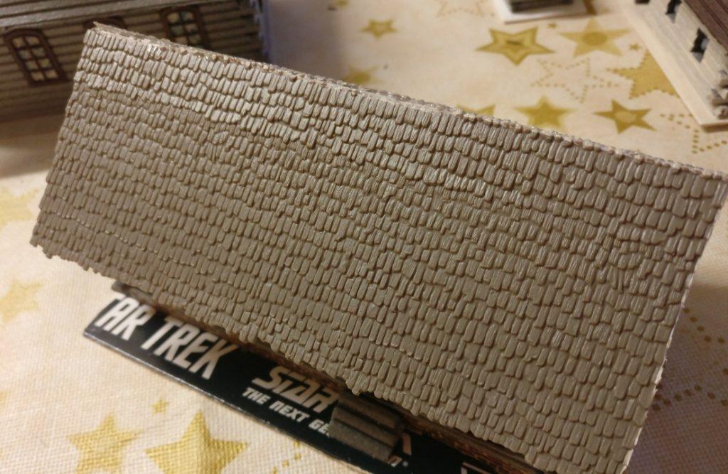 Für das Dach verwendete XENA vorgefertigte Dachplatten aus dem Modellbahnzubehörhandel in Schindeloptik. Ich finde, sie passen fürtrefflich.