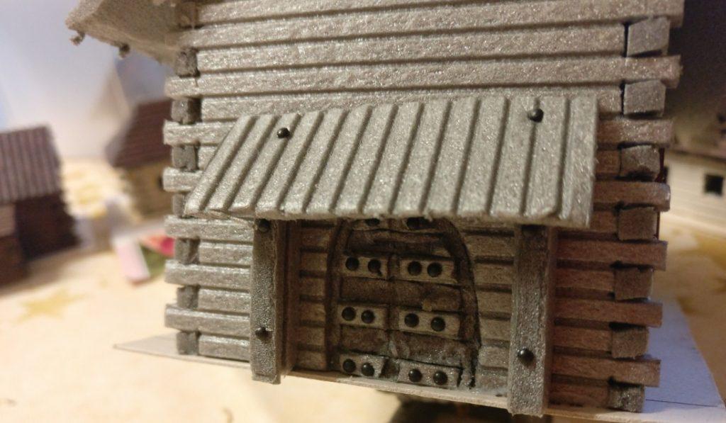 Die Pforte. Mittlerweile glaube ich fast mehr an die gotischen Holztore, die XENA als Vorbild gedient haben dürften. Wie die Gotik nach Russland kam... das muss er allerdings erklären.