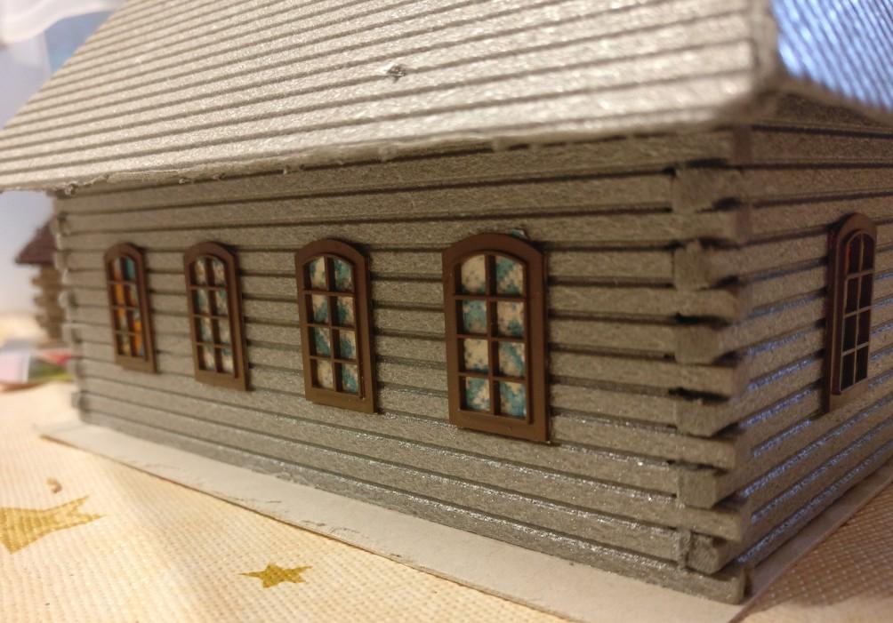 Die eine Seite des Kirchenschiffs mit den kunstvoll hinterklebten Fenstern.