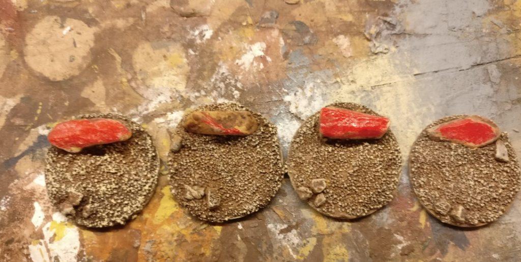 Das Trockenbürsten mit Revell Aquacolor 36314 Beige schafft leckere Farbkontraste und zeichnet die Sandkörner als Geröll aus.