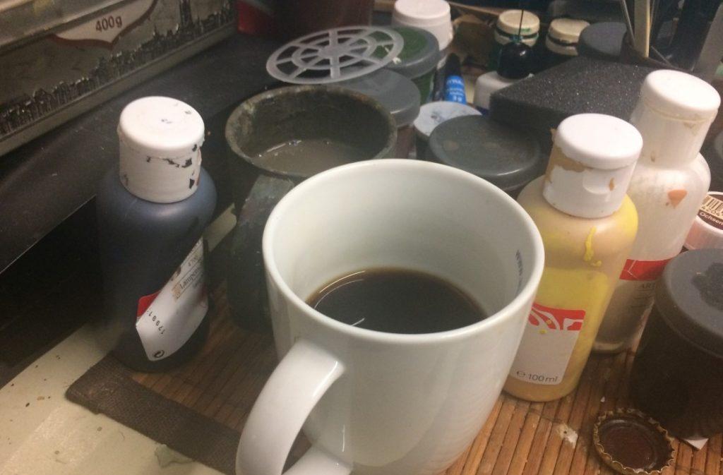 So solltet ihr Euren Kaffee NICHT abstellen ! Die Chance, euren Pinsel versehentlich im Kaffee auszuwaschen ist groß! Ich spreche aus Erfahrung...