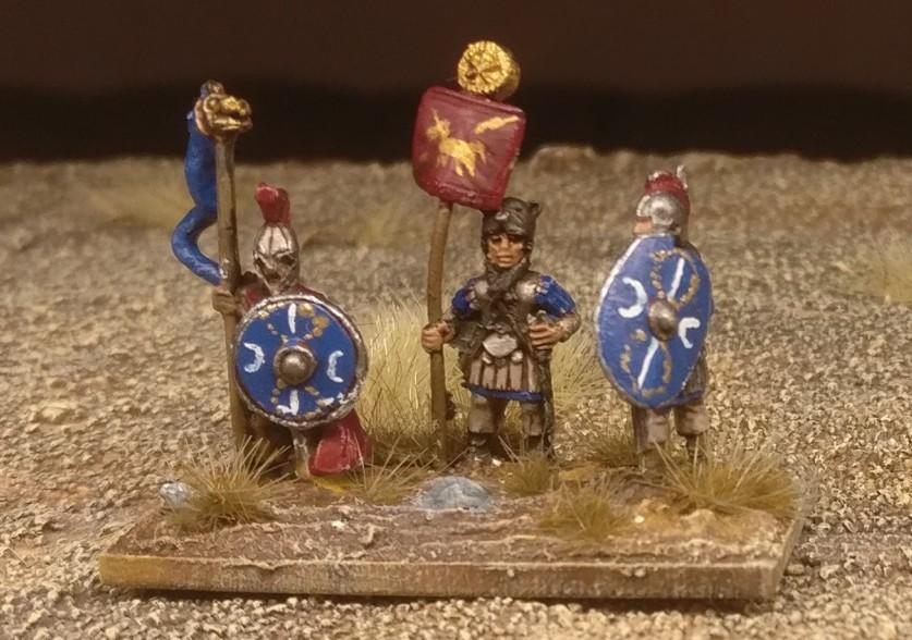 """Die Base #3 (Ein Draconarius, ein Standartenträger und ein Herr der kämpfenden Truppe) """"Blade Fast / Bd (F) meiner DBMM-Armee """"Middle Imperial Roman - 193 AD - 324 AD""""."""