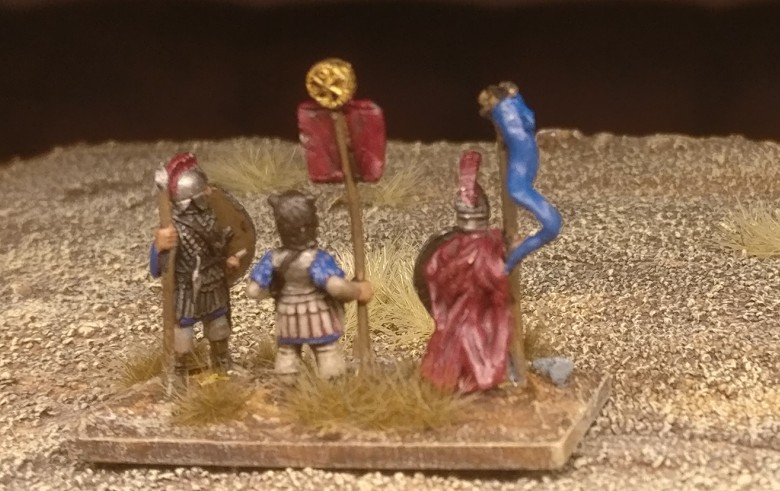 """Die Base #3 (Ein Draconarius, ein Standartenträger und ein Herr der kämpfenden Truppe) """"Blade Fast / Bd(F) meiner DBMM-Armee """"Middle Imperial Roman - 193 AD - 324 AD""""."""