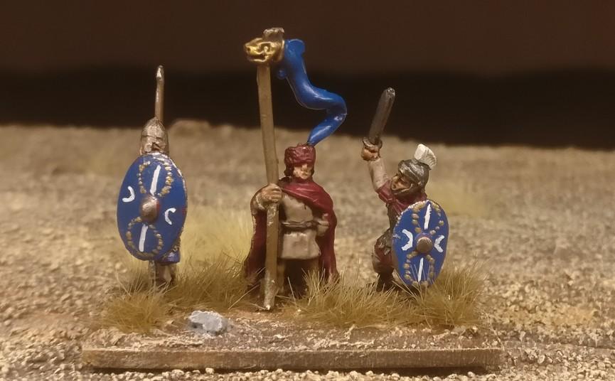 """Die Base #4 (Ein weiterer Draconarius, ein Offizier und ein weiterer Herr der kämpfenden Truppe) """"Blade Fast / Bd (F) meiner DBMM-Armee """"Middle Imperial Roman - 193 AD - 324 AD""""."""