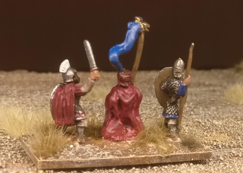 """Die Base #4 (Ein weiterer Draconarius, ein Offizier und ein weiterer Herr der kämpfenden Truppe) """"Blade Fast / Bd(F) meiner DBMM-Armee """"Middle Imperial Roman - 193 AD - 324 AD""""."""