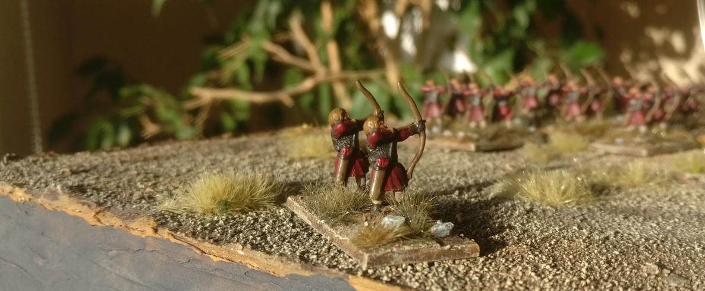 Nach der abschließenden Bepflanzung mit Gras von MiniNatur: eine der Bogenschützen-Bases. Ps(O)/ Ordinary Psiloi / Plänkler für die DBMM-Armee