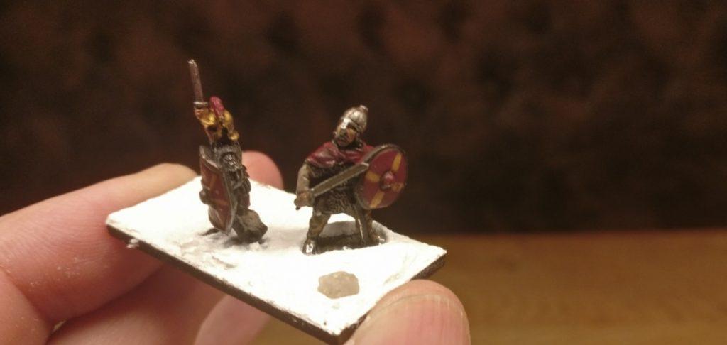 Der erste wackere Mitstreiter des Gaius steht auch schon. Man merkt sofort, dass es eng wird auf der Base. Das kann bei den Prätorianern ( 4 Figuren auf 15mm x 40mm ) lustig werden!