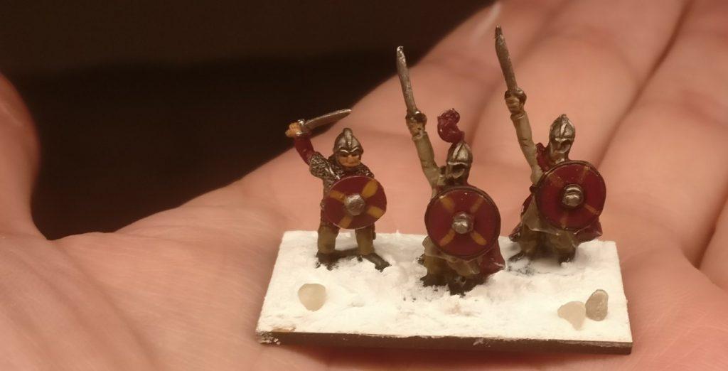 Noch drei Mitstreiter des Gaius. Kampfbereit und siegessicher - so hammers gern. So langsam kommt beim Basieren für DBMM etwas Routine auf.