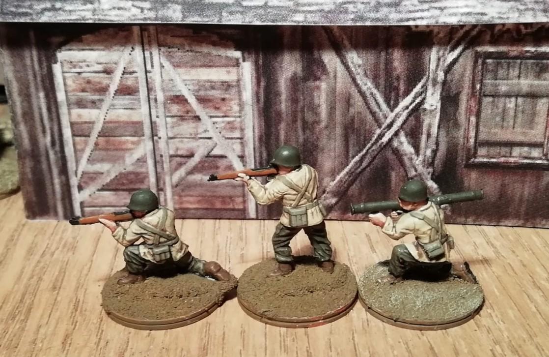 """Die GIs der 26th Infantry Division vor Pappkarton-Häusern, die Doncolor den Häusern aus """"Company of Heros"""" nachempfunden hat."""