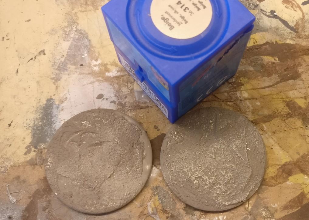 Trockenbürsten der rauhen Oberfläche mit Revell Aquacolor 36314 Beige.