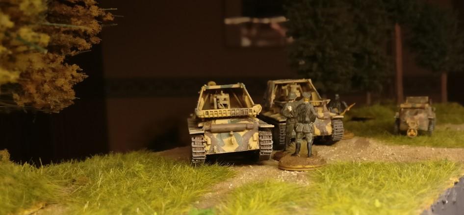 Die zwei Marder III Ausf. H (Sd.Kfz. 138) nebst Offizieren und dem Kübel des Abteilungskommandeurs auf dem Truppenübungsplatz Ohrdruf.