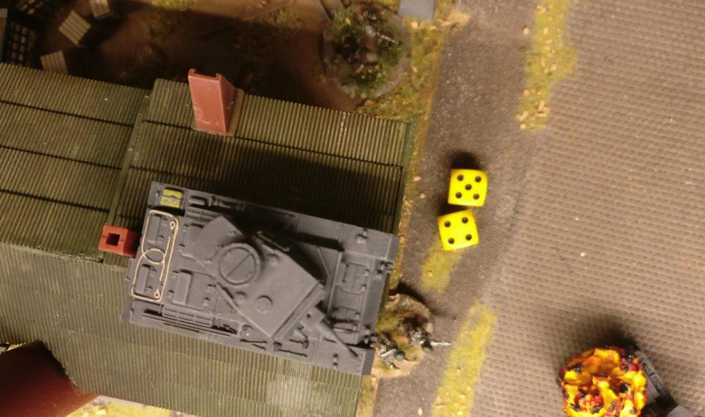 Der Panzer III in den Ruinen des Betriebsgebäudes erwürfelt 4+5=9 APs.