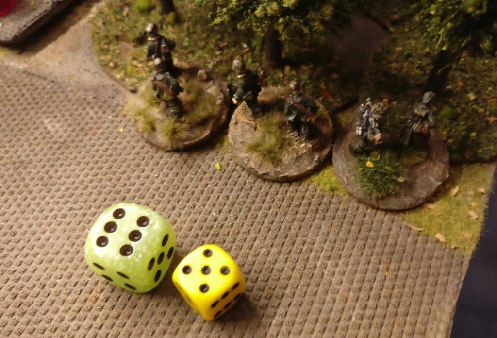 Die Panzergrenadiere im Wäldchen neben dem Lagergebäude nehmen mit 5 APs ihre Arbeit auf.