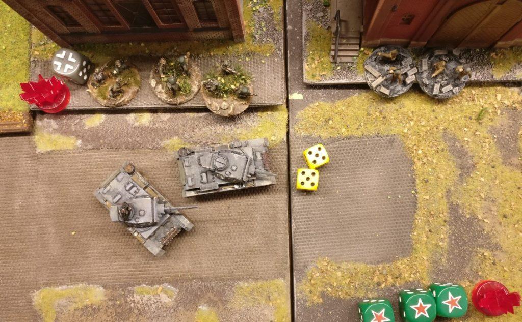 Der vordere Flammpanzer III fühlt sich berufen, die ungewohnte Erfolgsserie des Spielzuges fortsetzen zu wollen. Mit 5+5=10 APs geht a bisserl was.
