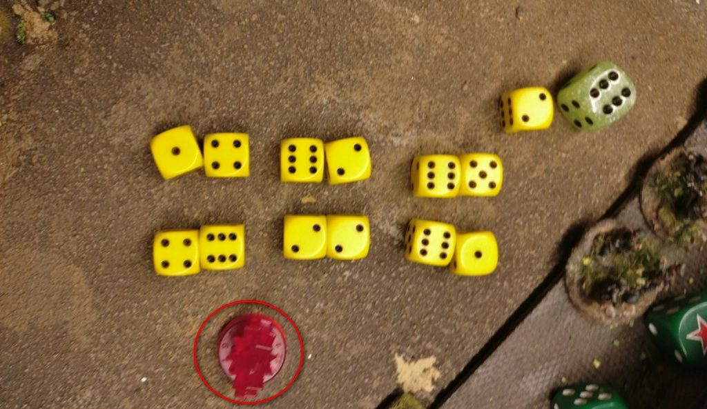 Mit 12 Trefferwürfeln wird geschossen... Auf Pinnen... Und auf die Rotarmisten im Nachbarsquare.