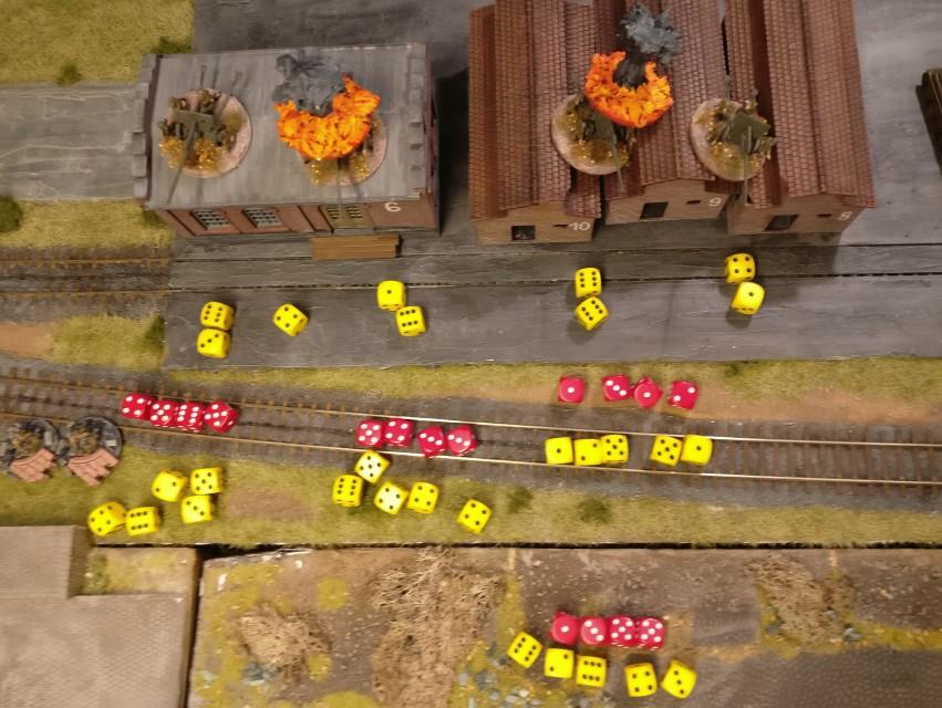 """Für jedes Ziel werden zwei Würfel geworfen. Vier """"6""""er ergeben vier Treffer. Als Gun-Effect wird """"5"""" angenommen. Hier wird mit Armour-Effect """"4"""" dagegen gehalten. 2 vernichtete Paks sind die Folge."""